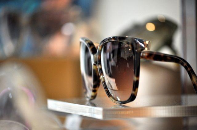 Quando você coloca um óculos escuro, seu cérebro automaticamente obriga a  sua pupila a dilatar para poder captar mais pontos de luz, pra ver melhor,  ... defa29e41f